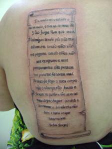 Tatuagem nas costas com Oração de São Jorge